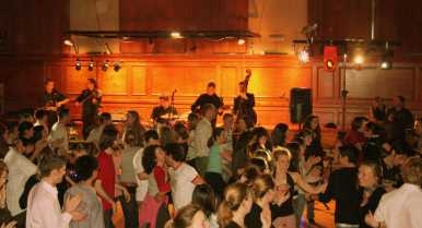 Ceilidh_band_with_dancers
